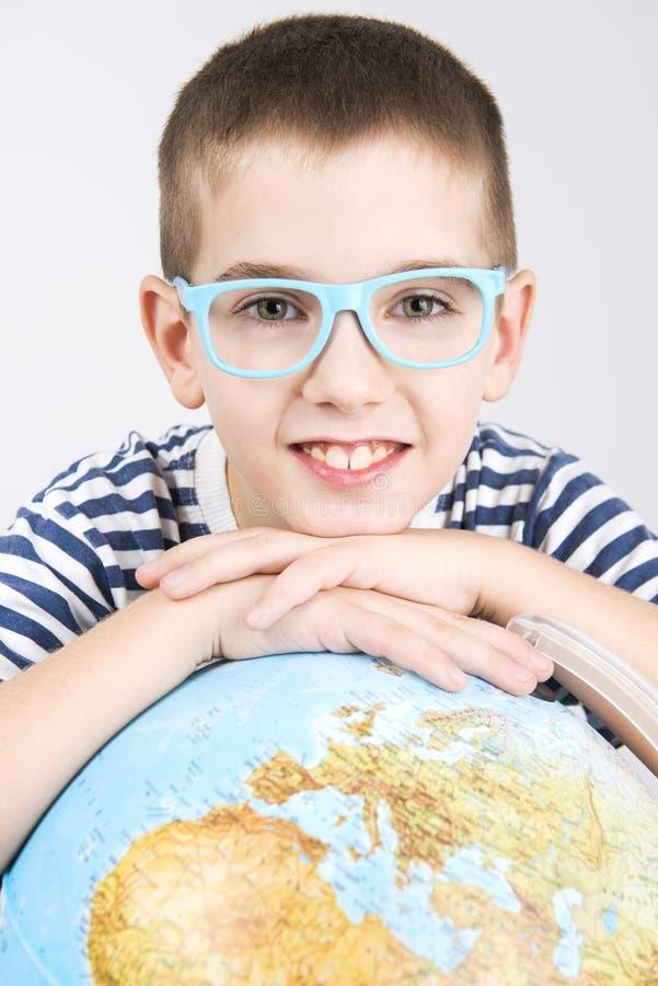 男生和世界地球 免版税图库摄影