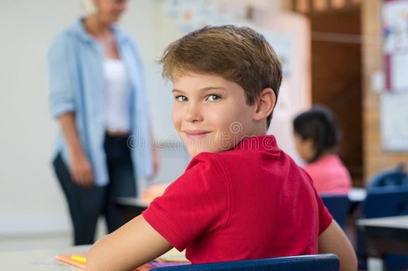 男生在教室 库存照片