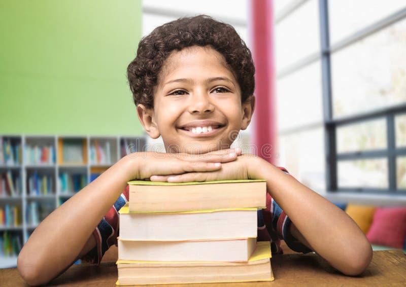 男生在教育图书馆里 免版税库存照片