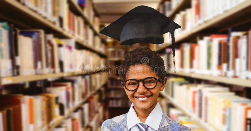 男生在有毕业帽子的教育图书馆里 免版税库存图片