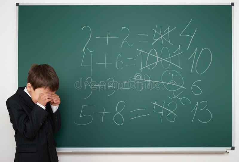 男生解决在校务委员会的算术 免版税库存图片