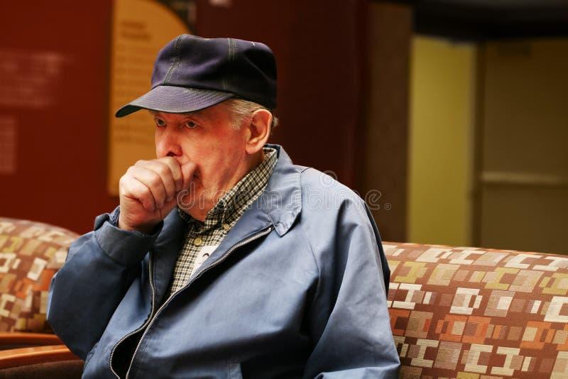 男盥洗室前辈坐的等待 免版税库存图片