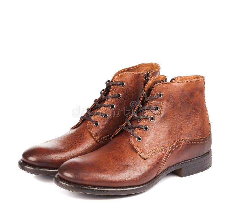 男穿上鞋子在白色的棕色颜色 库存照片