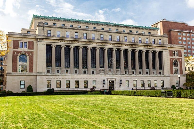 男管家在哥伦比亚大学,纽约,美国的图书馆建筑 免版税图库摄影