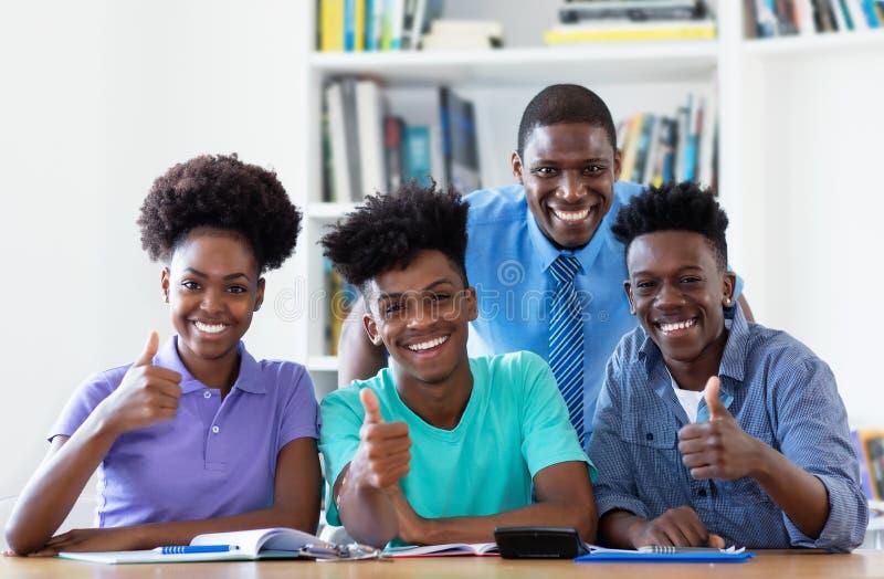 男老师画象有非裔美国人的学生的 图库摄影