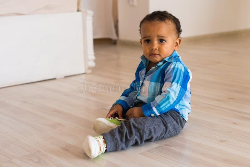 男婴儿童现有量他的离析了放置的鞋子小的夏天空白的尝试 混合的族种有鞋子的男婴 图库摄影