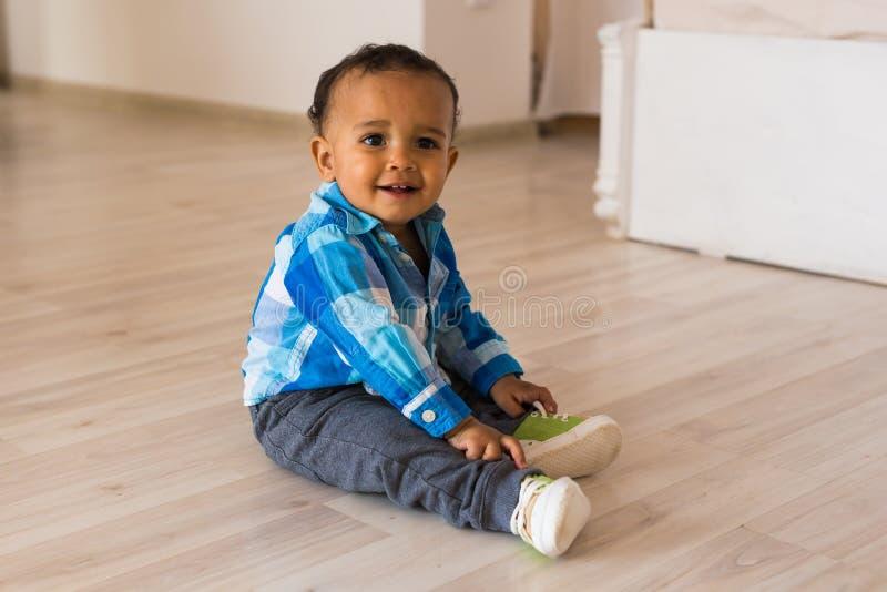 男婴儿童现有量他的离析了放置的鞋子小的夏天空白的尝试 混合的族种有鞋子的男婴 免版税图库摄影