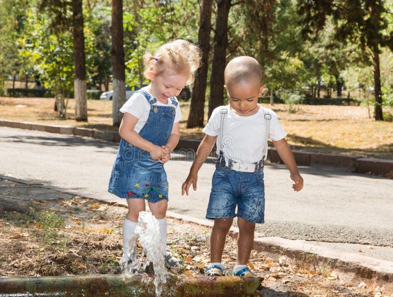男婴和可爱的儿童女孩在公园 夏天绿色自然 库存图片