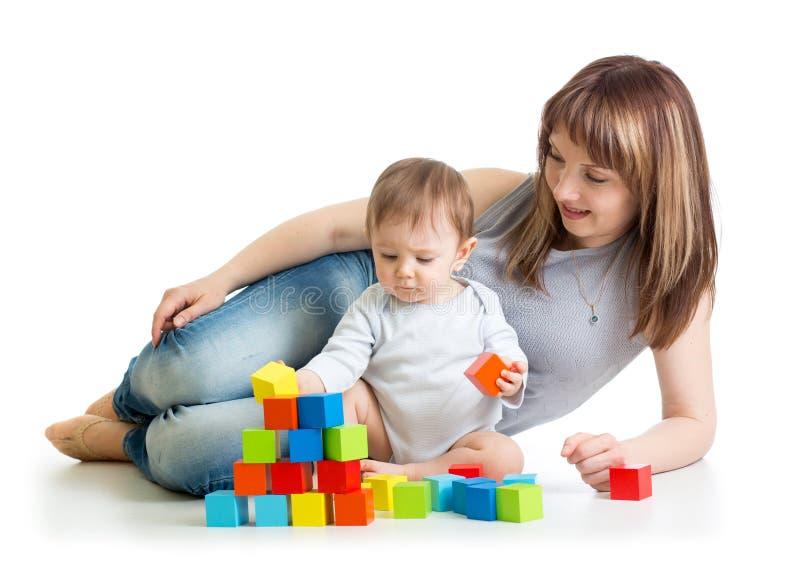 男婴和妈妈使用与积木 库存图片
