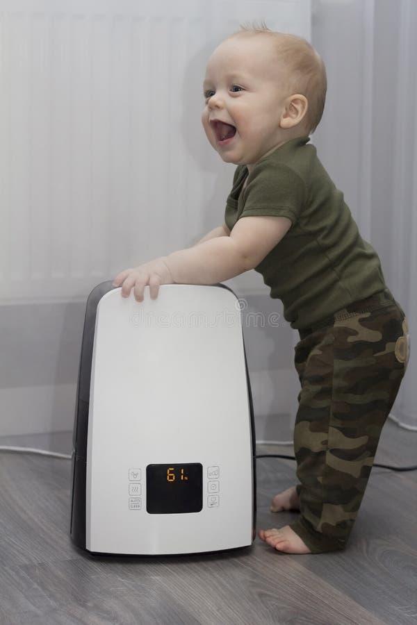 男婴和润湿器 图库摄影