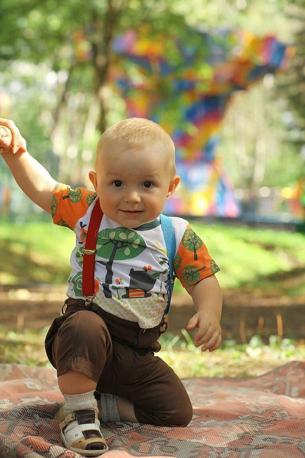 男婴在夏天公园 库存图片