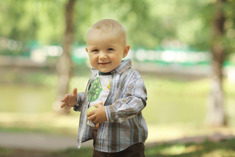 男婴在夏天公园 免版税库存照片