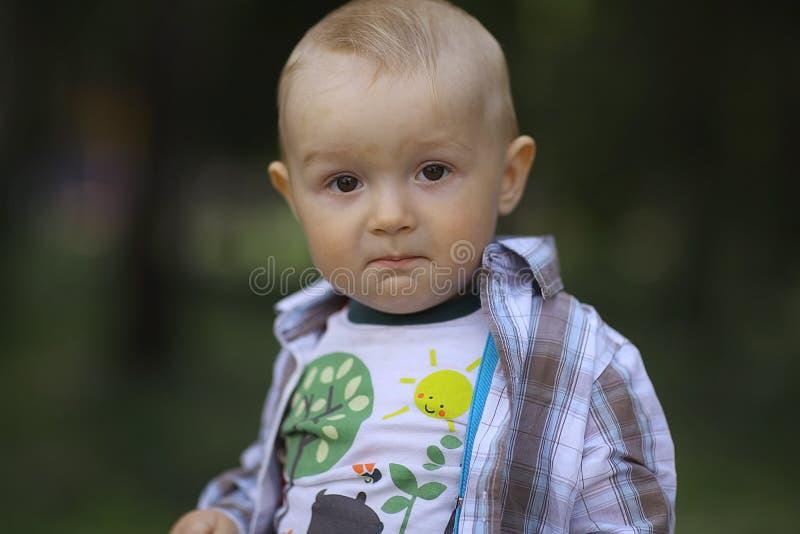 男婴在夏天公园 免版税图库摄影