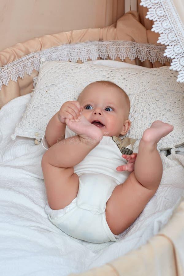 男婴在床上在 库存照片