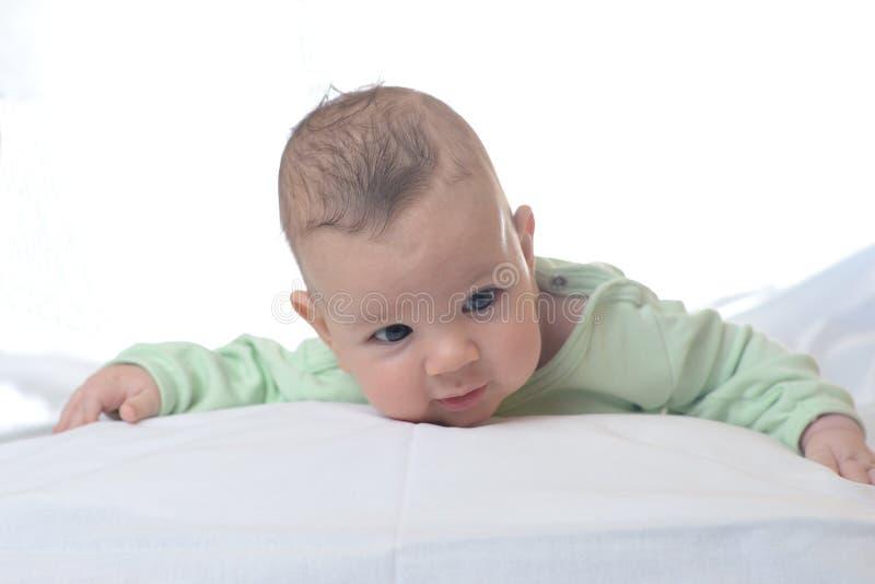 男婴子项他查出的纵向减速火箭小微笑的坦克小孩顶层玩具卡车空白木 图库摄影