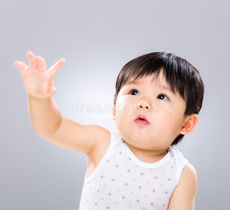 男婴手上升  免版税图库摄影