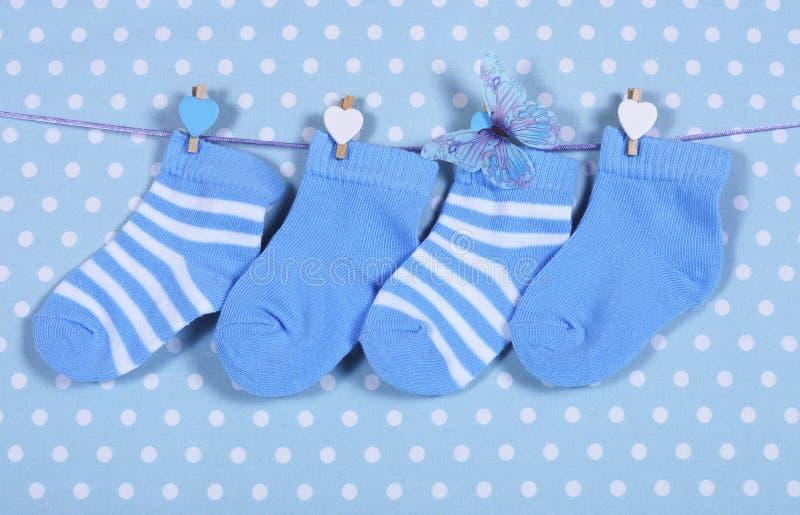 男婴托儿所蓝色袜子和蝴蝶 库存照片