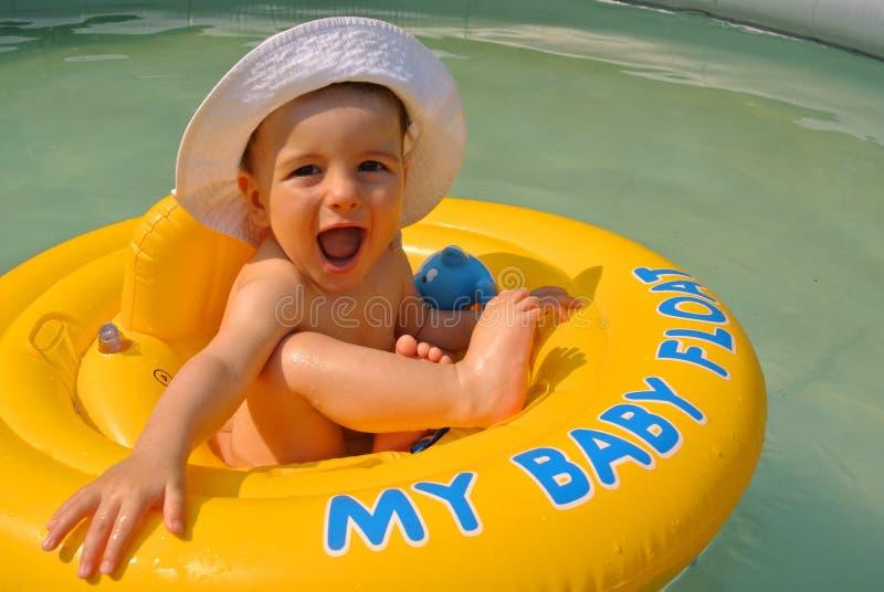 男婴浮游物 库存照片