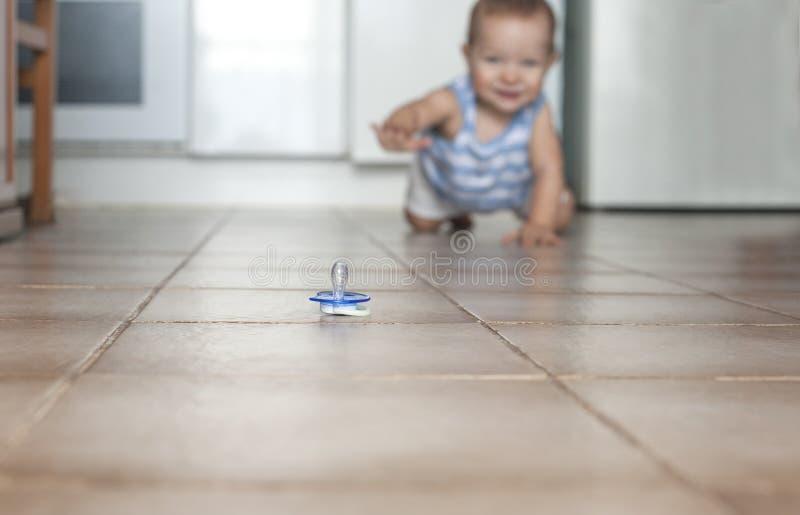 男婴爬行 卫生学在家与婴孩概念 库存照片