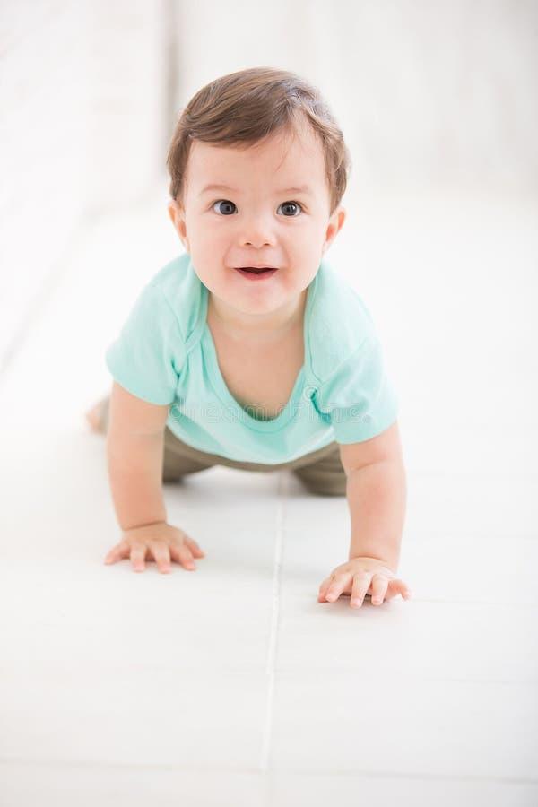 男婴爬行 免版税库存图片