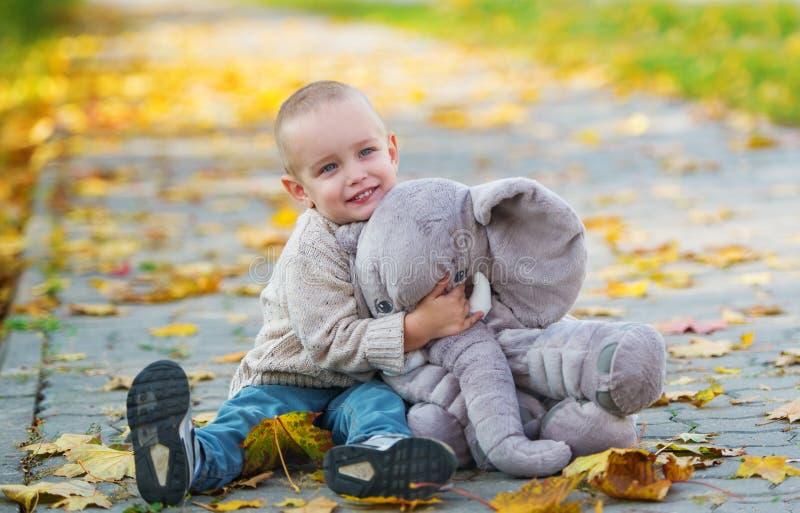 男婴获得乐趣在秋天公园 免版税图库摄影