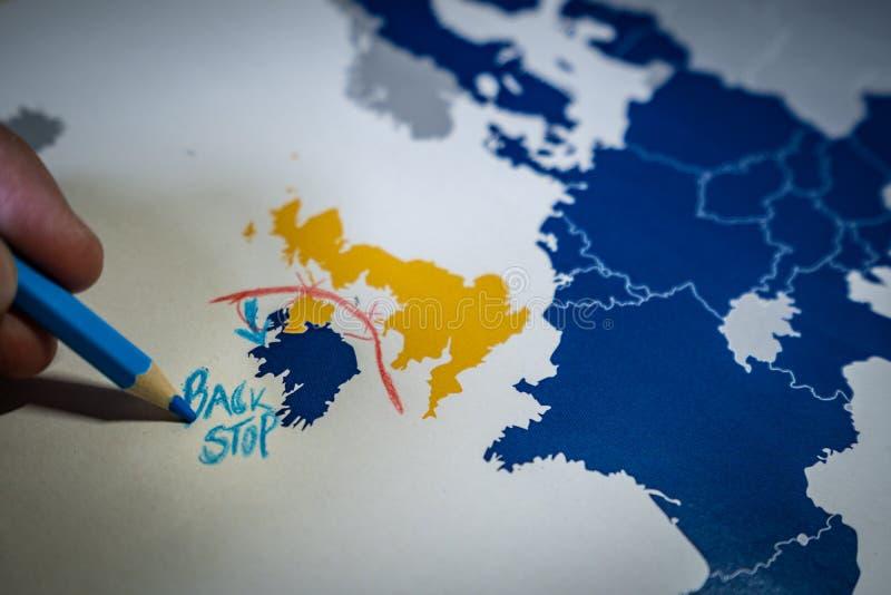 画一线红线的手在英国和北爱尔兰、止回器和Brexit概念之间 免版税图库摄影