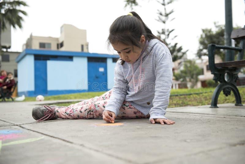 画与在边路的白垩的孩子 免版税库存照片