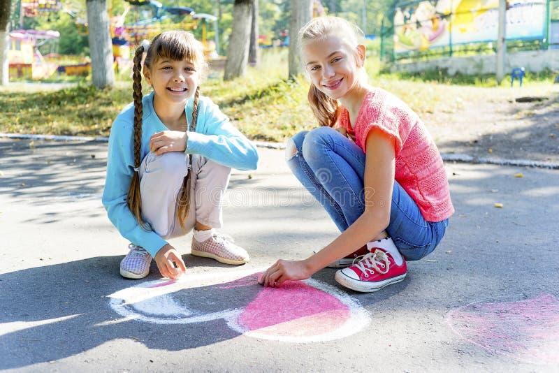 画与白垩的孩子 库存图片
