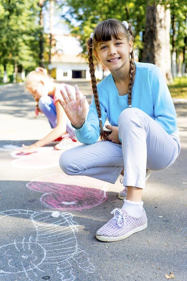 画与白垩的孩子 免版税库存照片