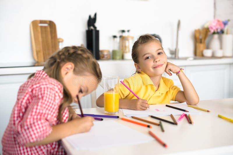 画图片的逗人喜爱的小孩选择聚焦在桌上 免版税图库摄影