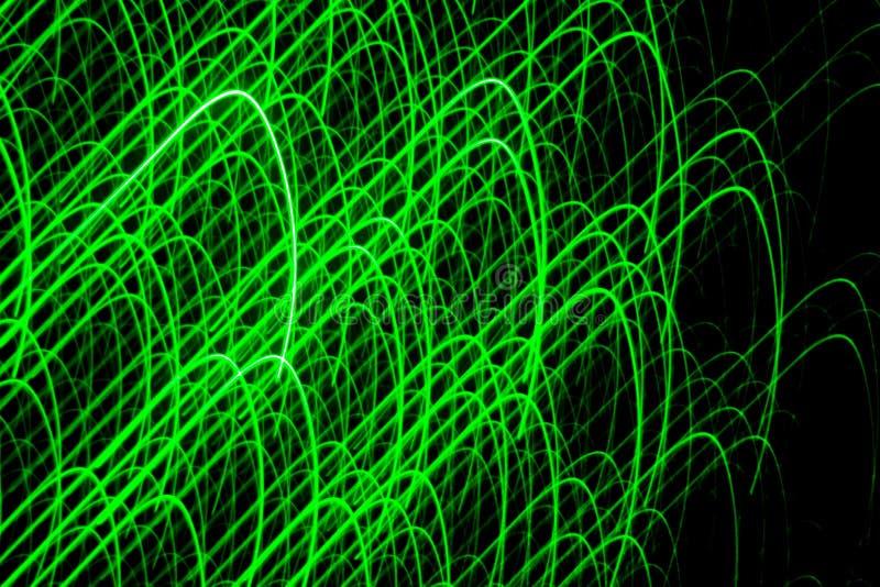 画在有绿色激光的黑墙壁上 抽象图画 免版税库存图片