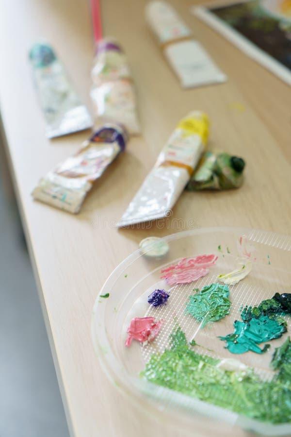 画家equipement疏散的油漆在工作区在 免版税库存照片
