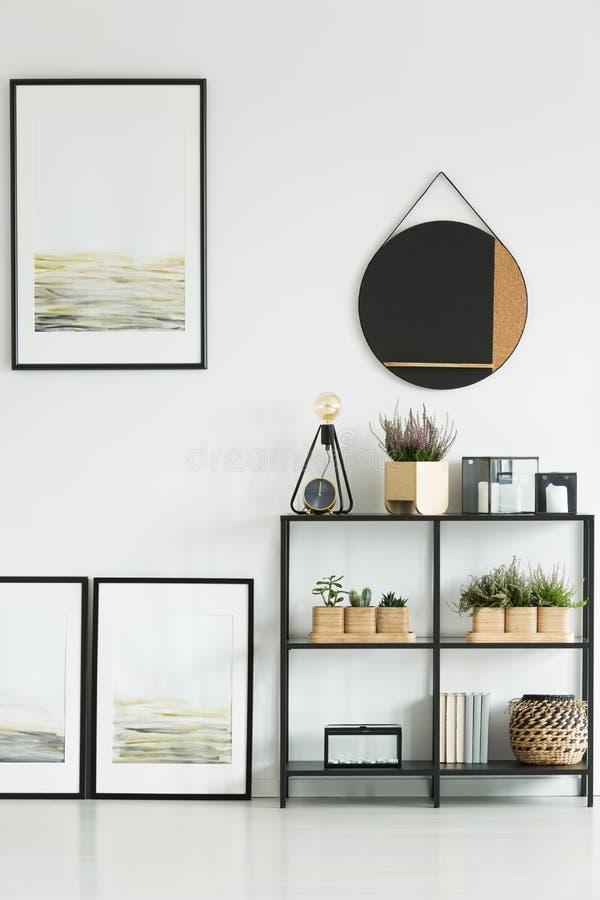 画廊在明亮的客厅 免版税库存照片