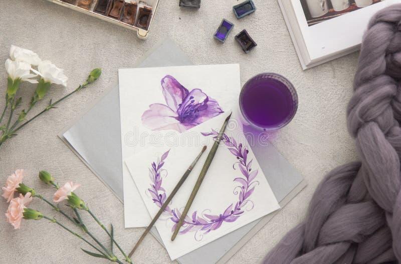 画开花的河结构树水彩绕的银行 艺术家工作区刷子,笔,水彩,桃红色玫瑰花束在石背景的 平的位置 向量例证
