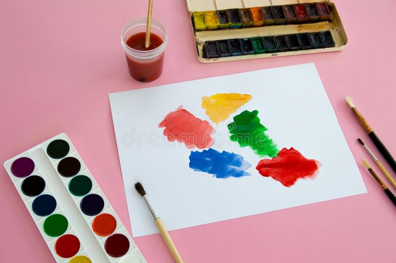 画的多彩多姿的孩子的对象和创造性在桃红色背景说谎 明亮的水彩油漆,铅笔,刷子 免版税图库摄影