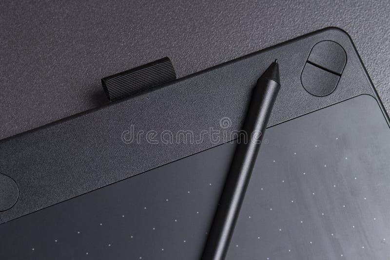 画的现代黑图形输入板与笔特写镜头 免版税图库摄影
