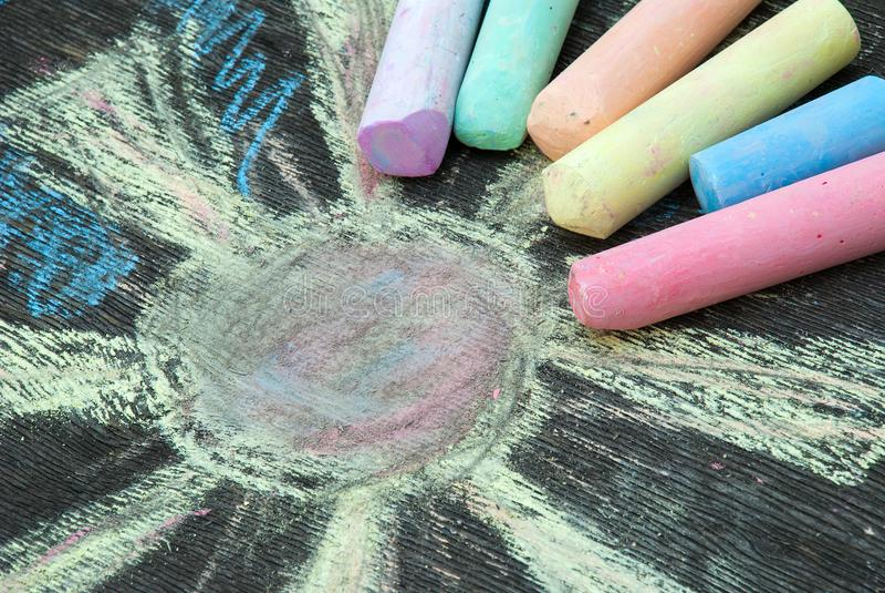 画的色的白垩在木背景 免版税库存图片