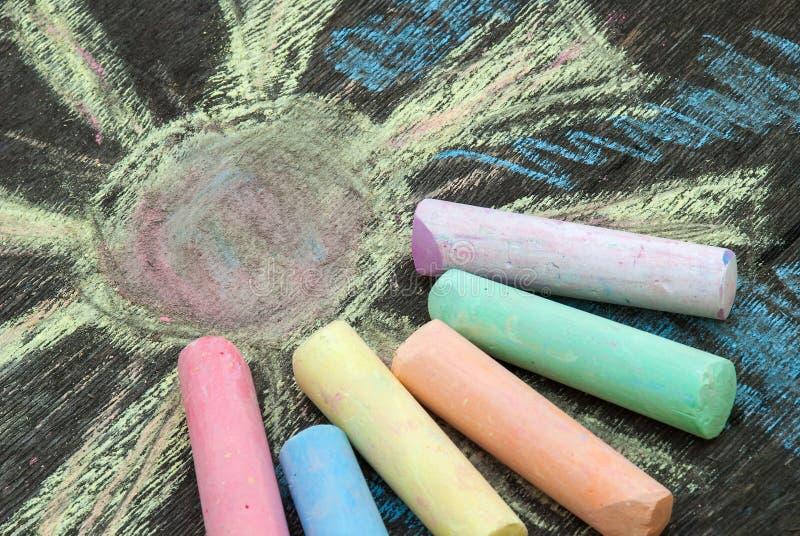 画的色的白垩在木背景 免版税库存照片
