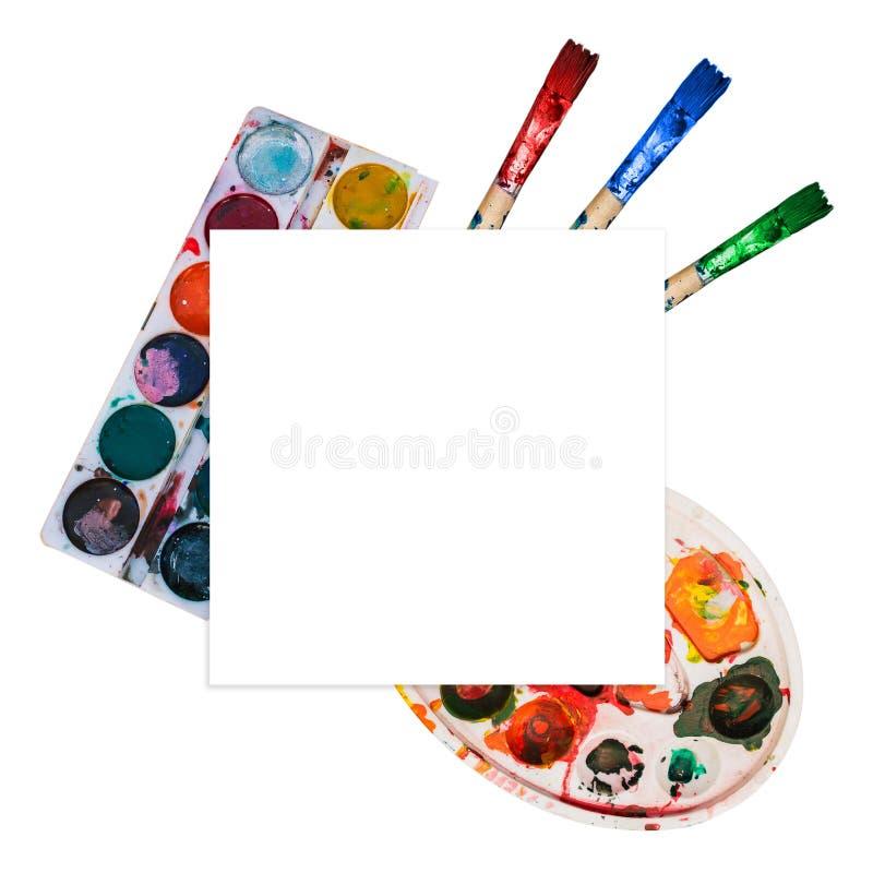 画笔和调色板有油漆不同颜色的  自然颜色,在调色板的斑点 创造性的模板 图库摄影