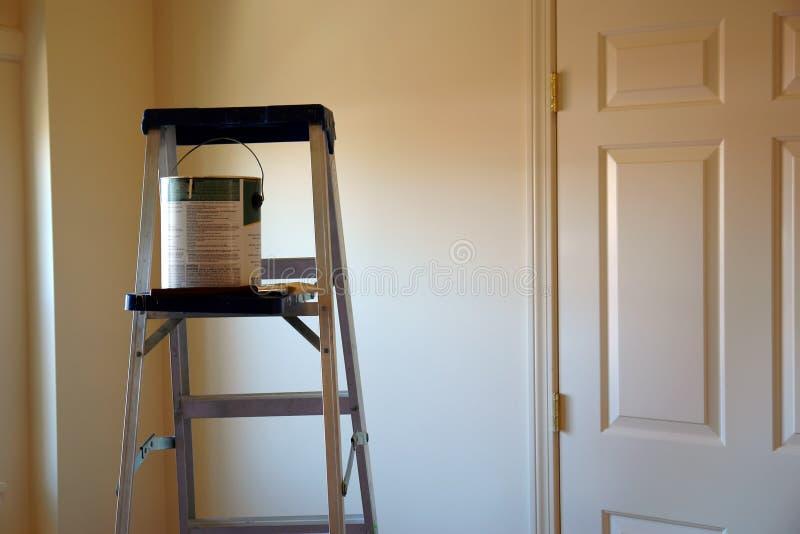 画笔能梯子油漆 免版税库存图片