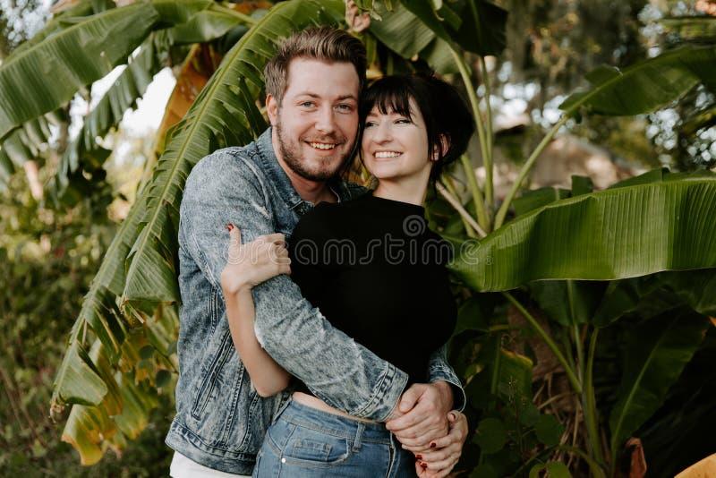 画象两个逗人喜爱的现代白种人美丽的年轻人成人人男朋友夫人Girlfriend在爱的Couple Hugging和亲吻在Na 免版税图库摄影