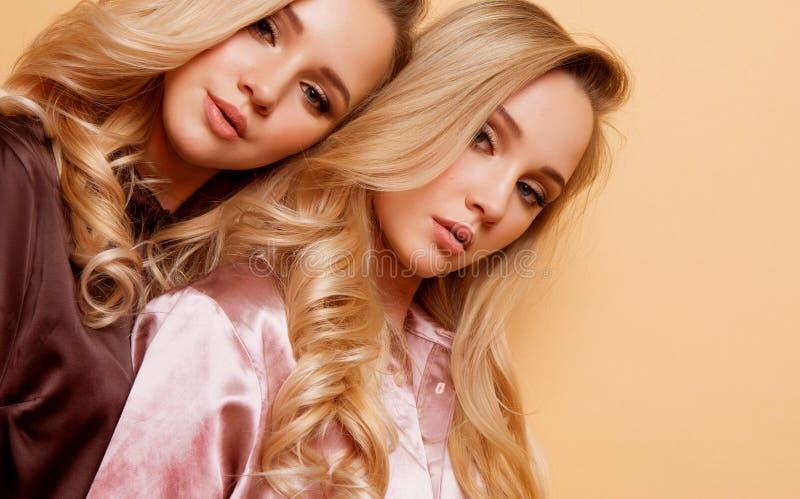 画象两性感的俏丽的美女,时尚样式衣裳 免版税图库摄影