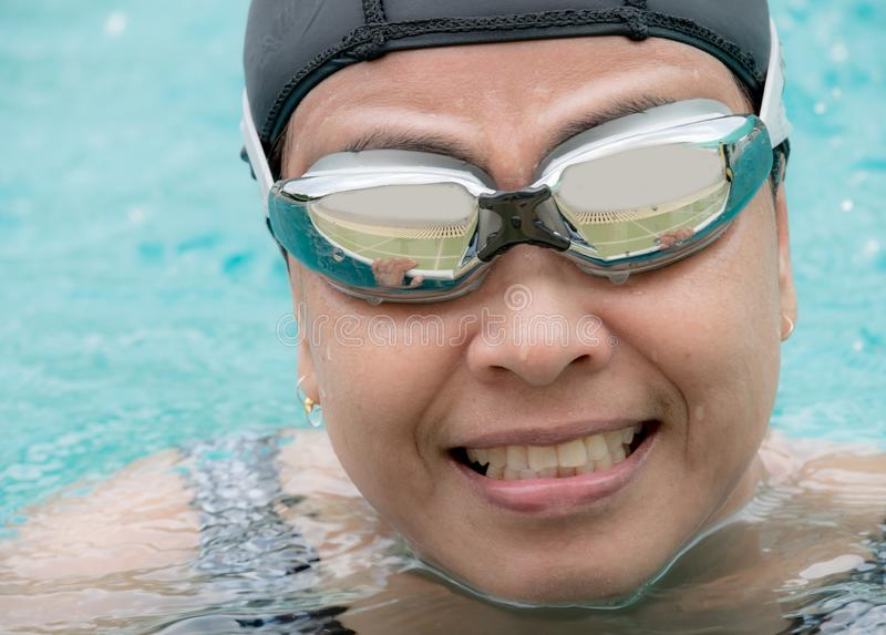 画象中年妇女锻炼通过游泳 库存图片