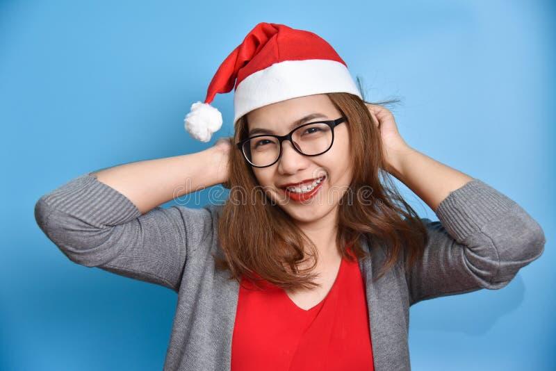 画象亚洲女性穿戴圣诞老人帽子微笑 图库摄影