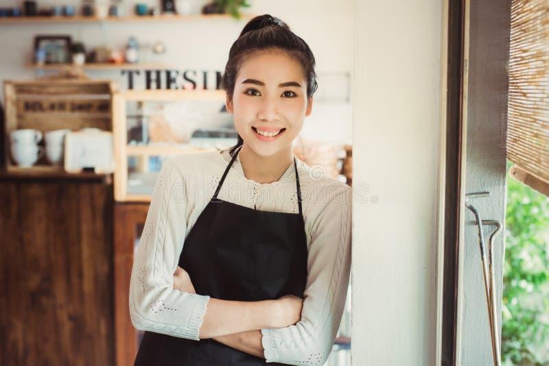 画象亚洲妇女企业主有面包店商店背景 免版税库存照片