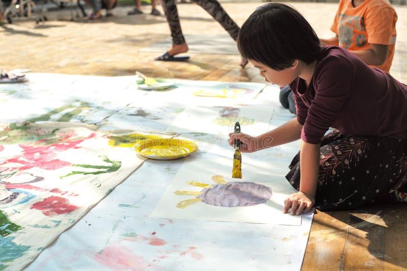 画象亚洲小女孩绘画和图画在本文 库存图片