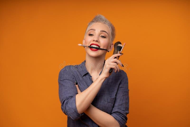 画象化妆师的关闭组成路线 自已脸masterclasess的概念 专业时尚 免版税库存图片