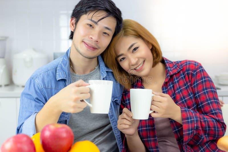 画象可爱的夫妇 英俊的丈夫和美丽的妻子 免版税库存照片