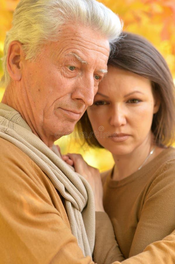 画象哀伤的妇女和老人拥抱 库存图片