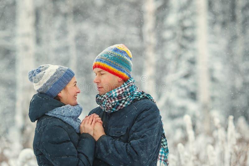 画象在冬天森林丈夫和妻子微笑的美好的愉快的夫妇 库存照片